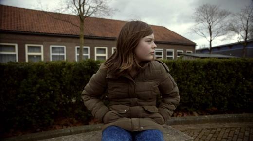 meisje zittend op een schoolplein