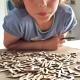 kind met dyslexie speelt met letters
