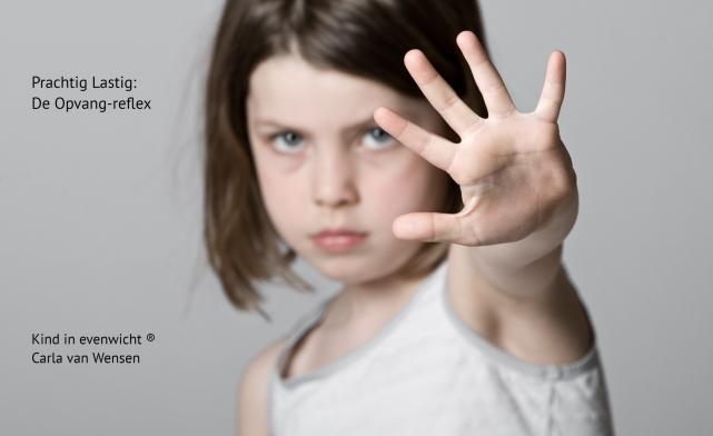 kind geeft met haar hand een stopteken
