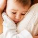 kind schuilt bij een ouder