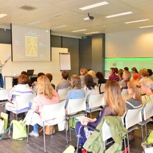 carla van wensen tijdens een lezing Het jonge kind voor een groep mensen