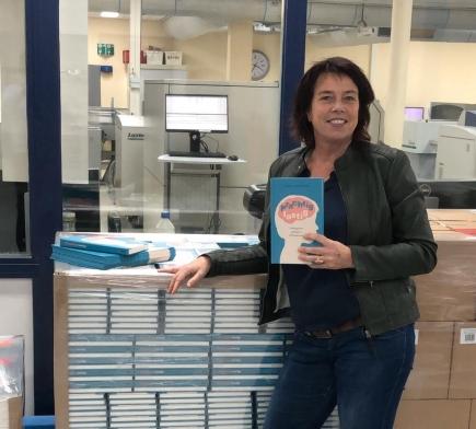 carla van wensen bij het nieuw uitgekomen boek Prachtig lastig in de drukkerij