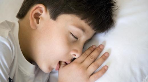 een duimend en slapend kind