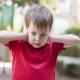 overgevoelig voor geluid kind en houdt zijn handen voor zijn oren