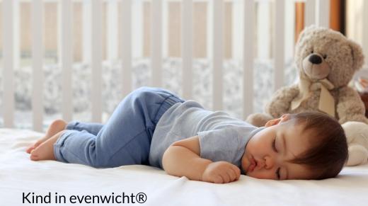 slapend kind in een kinderbedje