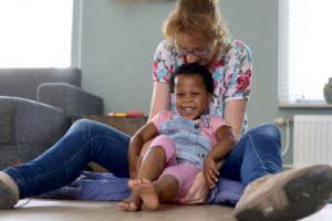 ouder met kind cursus Gehechtheid in Beweging - Adoptievoorzieningen